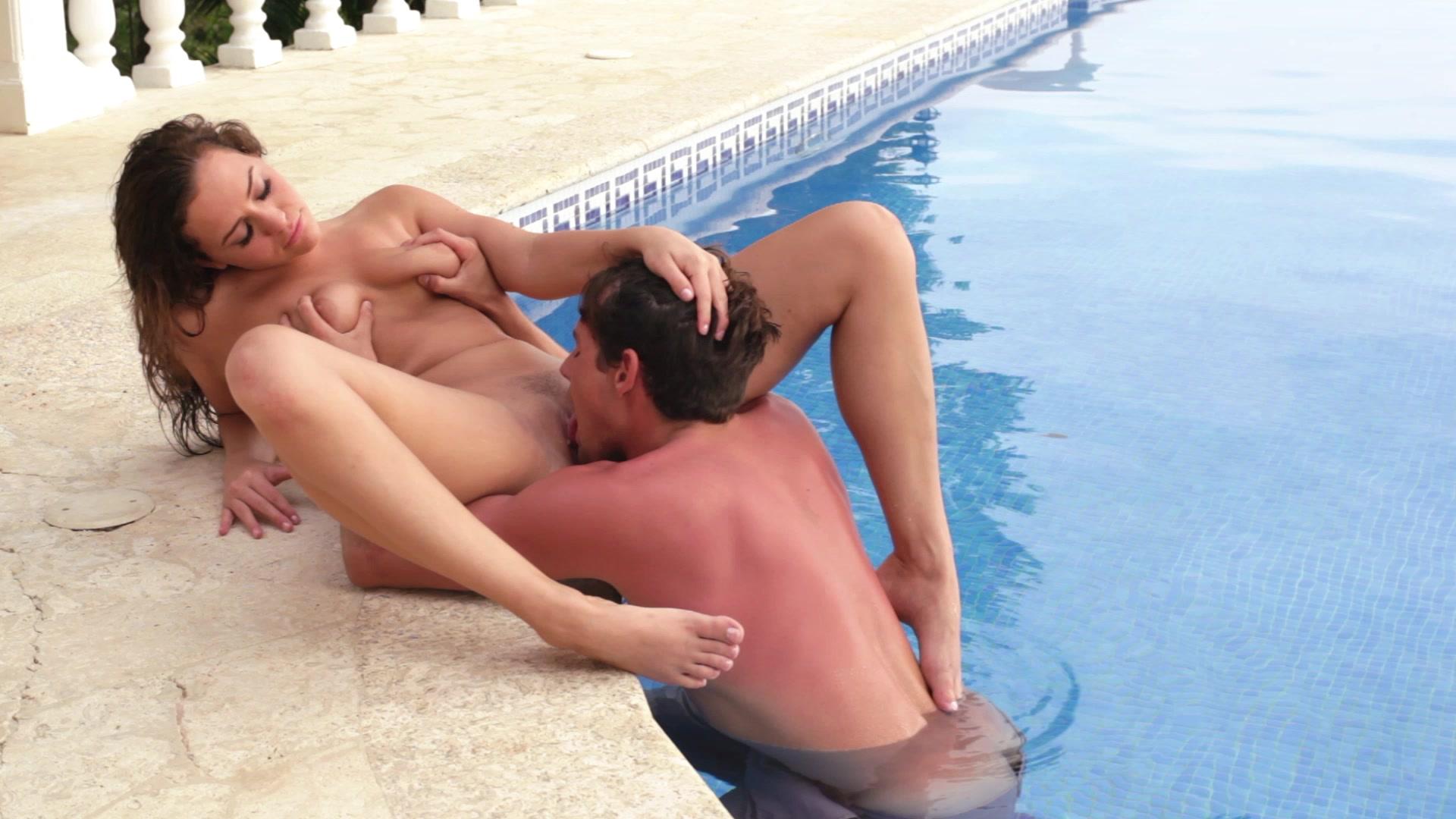 Спортивная девушка наслаждается кунилингусом в бассейне