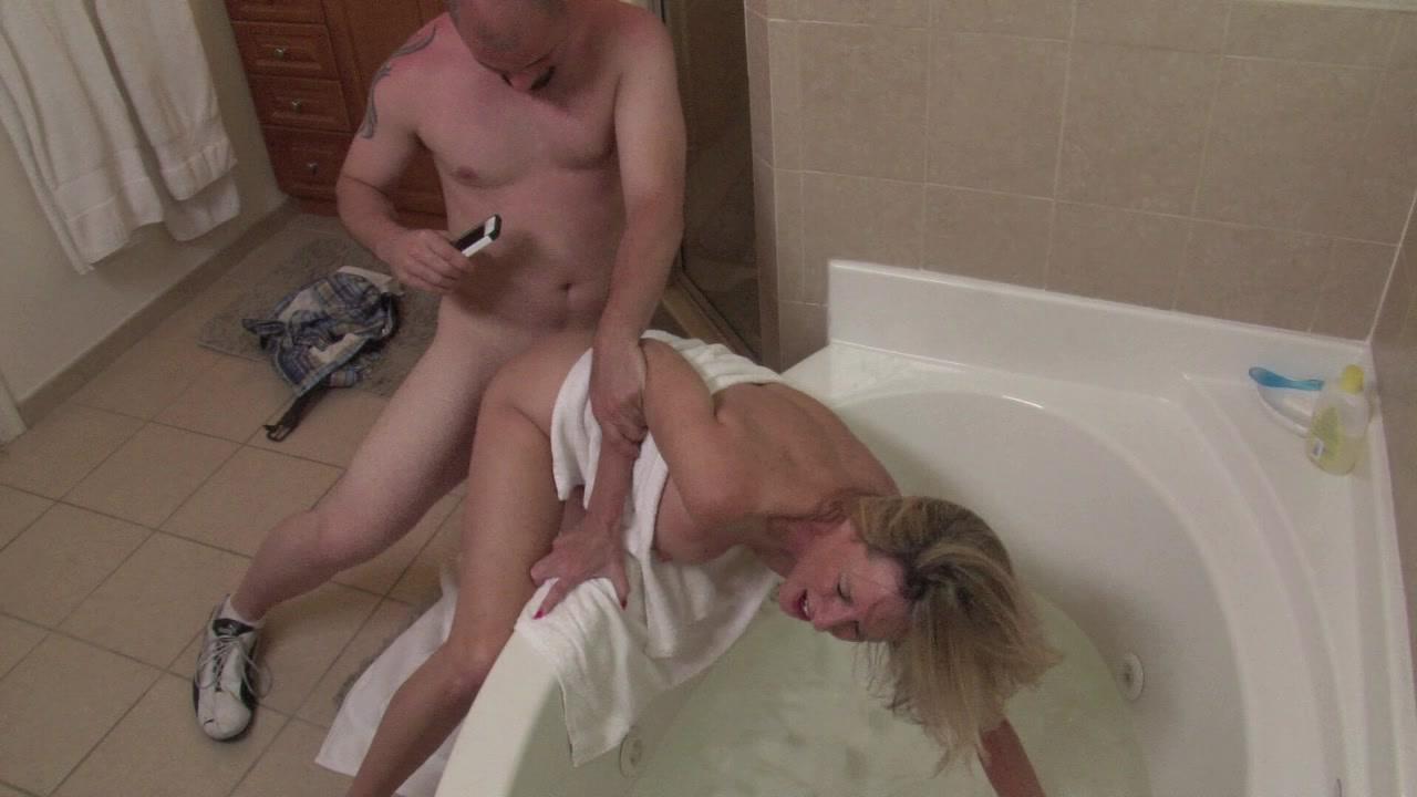 трахнул а ее сынок ванной мама застряла в