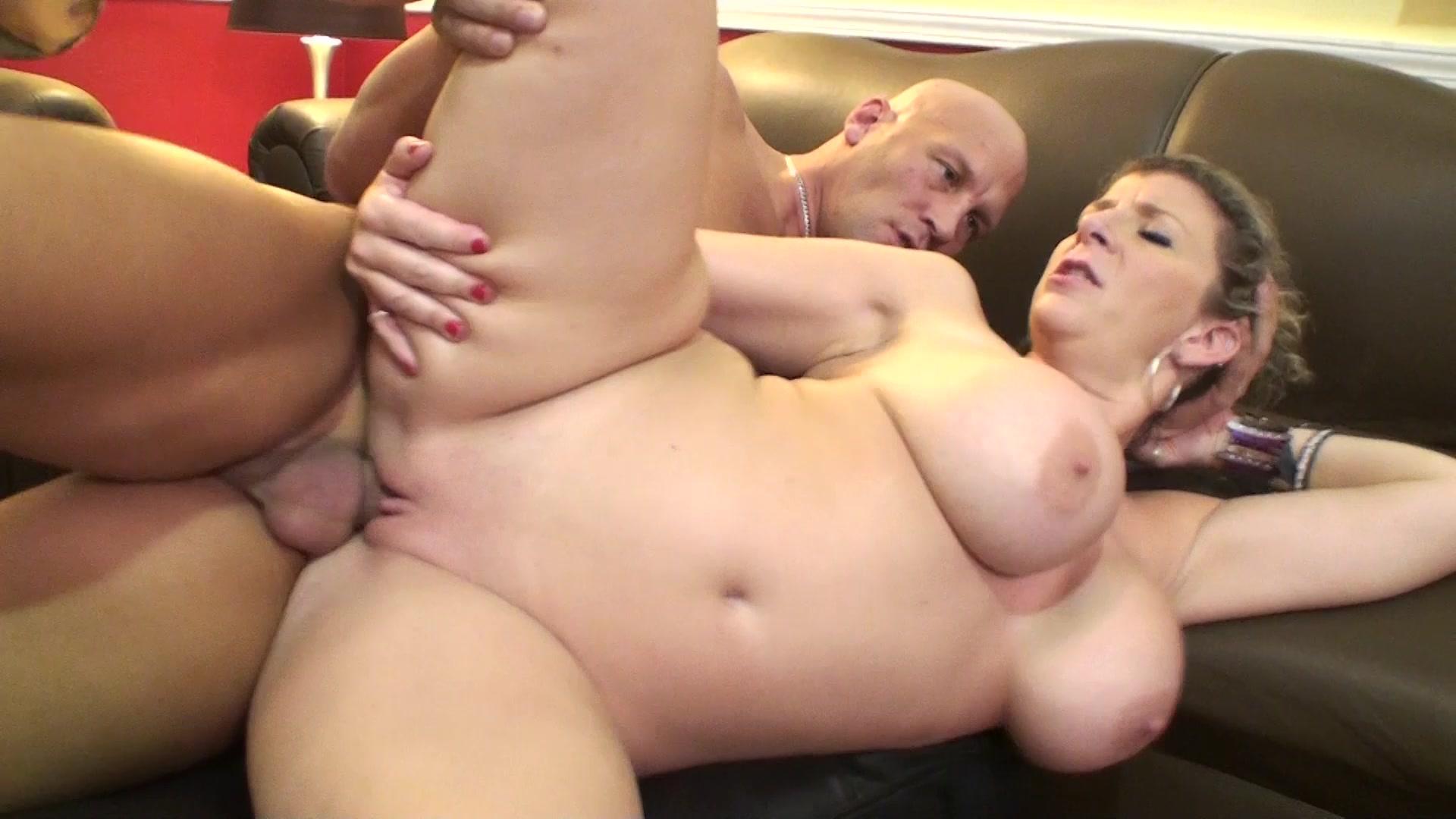 Порно трахают толстушку сару джей в стрингах