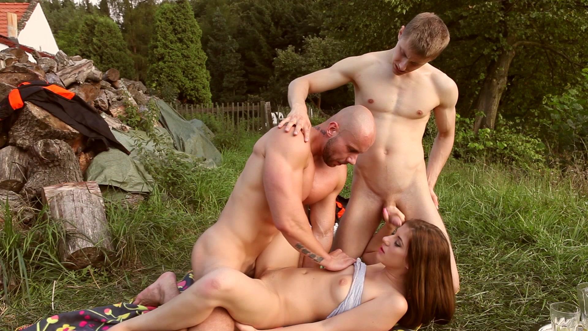 Порно на природе мужу изменяет