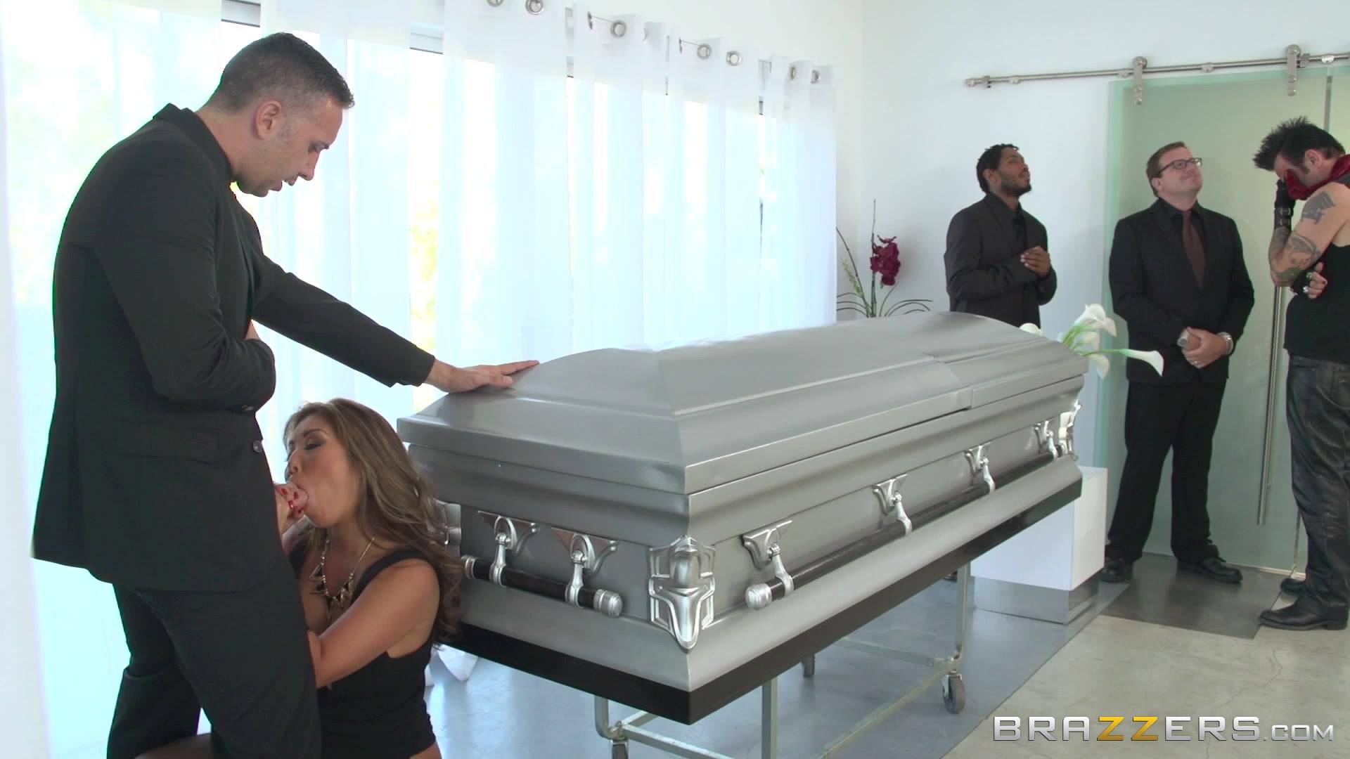Секс на похоронах порно — photo 11