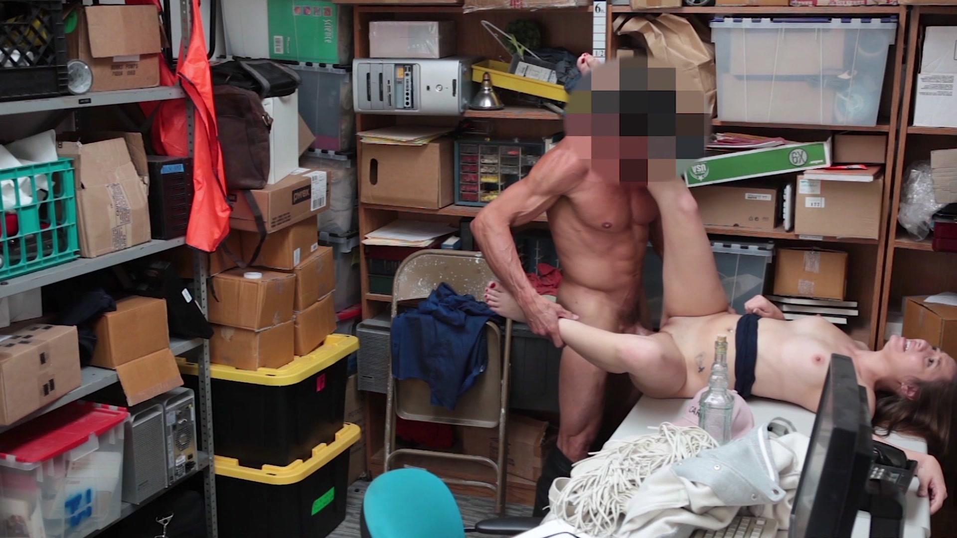 Секс в подсобном помещении видео 1