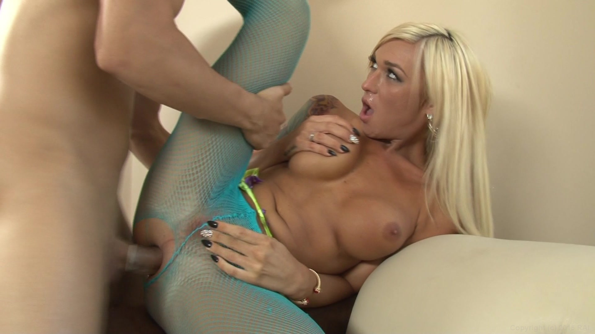 Tranny gets her pantyhose ripped open for action