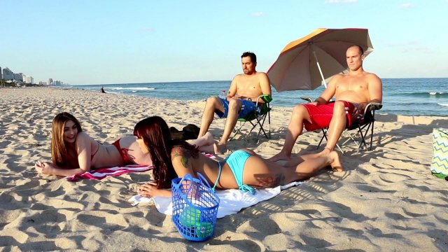 Обе телки не против пососать на пляже #9