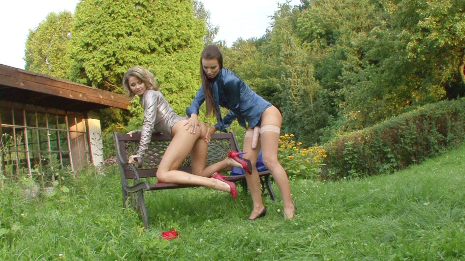 видео секс в парке лесби на лавочке