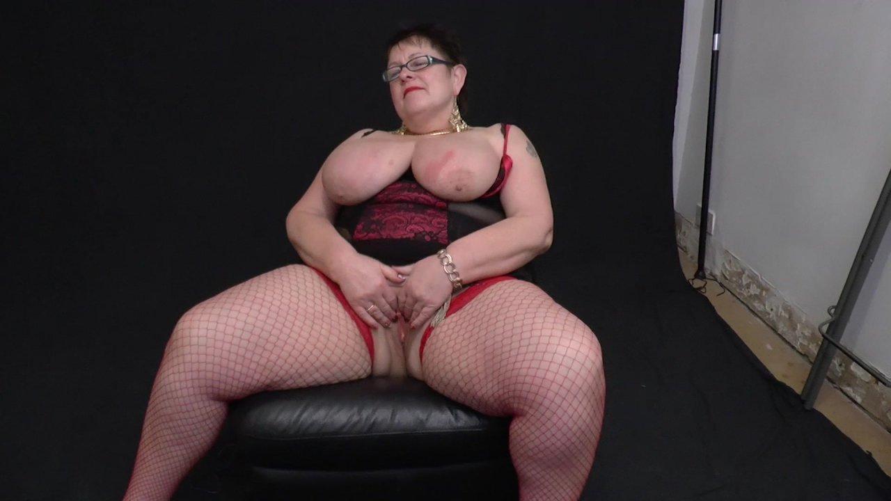 Зрелая рыжая пышка в очках на диване #7