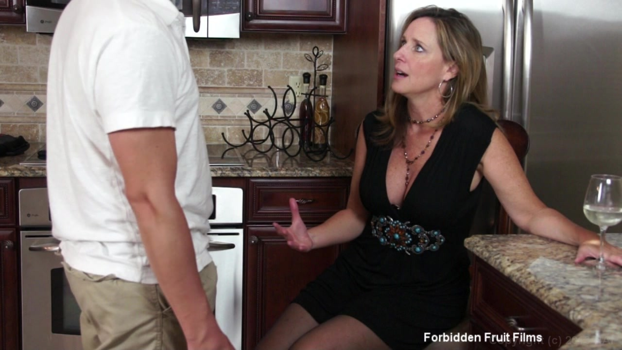 Mommy gets a dicking in the kitchen scorper