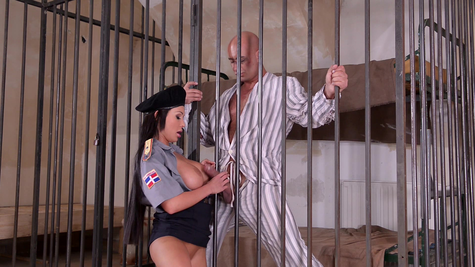 Mafiosi wife fucked the prison guard for her husband's freedom