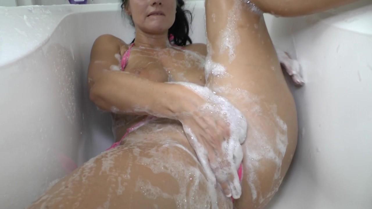 Demi lavt naked and wet