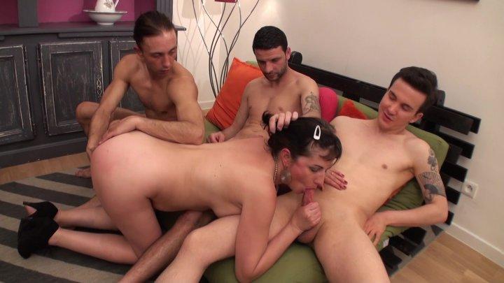 Streaming porn video still #2 from Jamais 2 sans 3 pour ces salopes