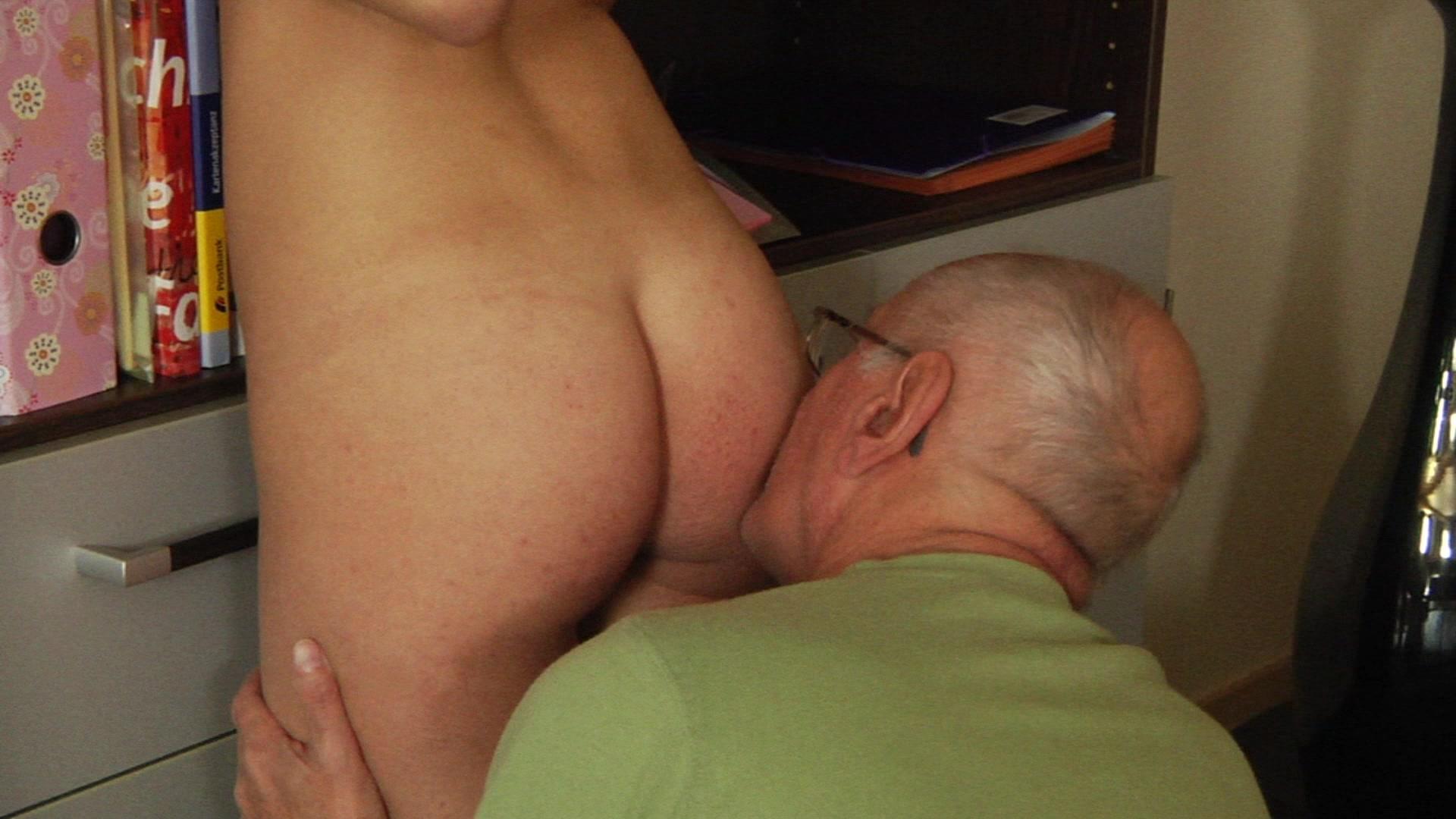 Внучке клитор дедушка видео лижет