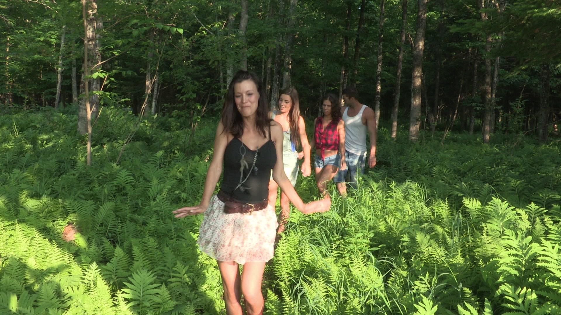 Брюнетка отсосала в лесу, взбитые сливки на киске фото