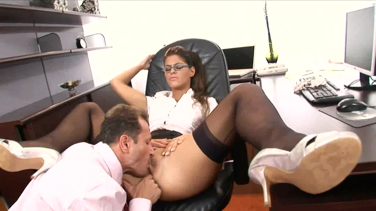 Порно видео секретарши ублажают двух боссов
