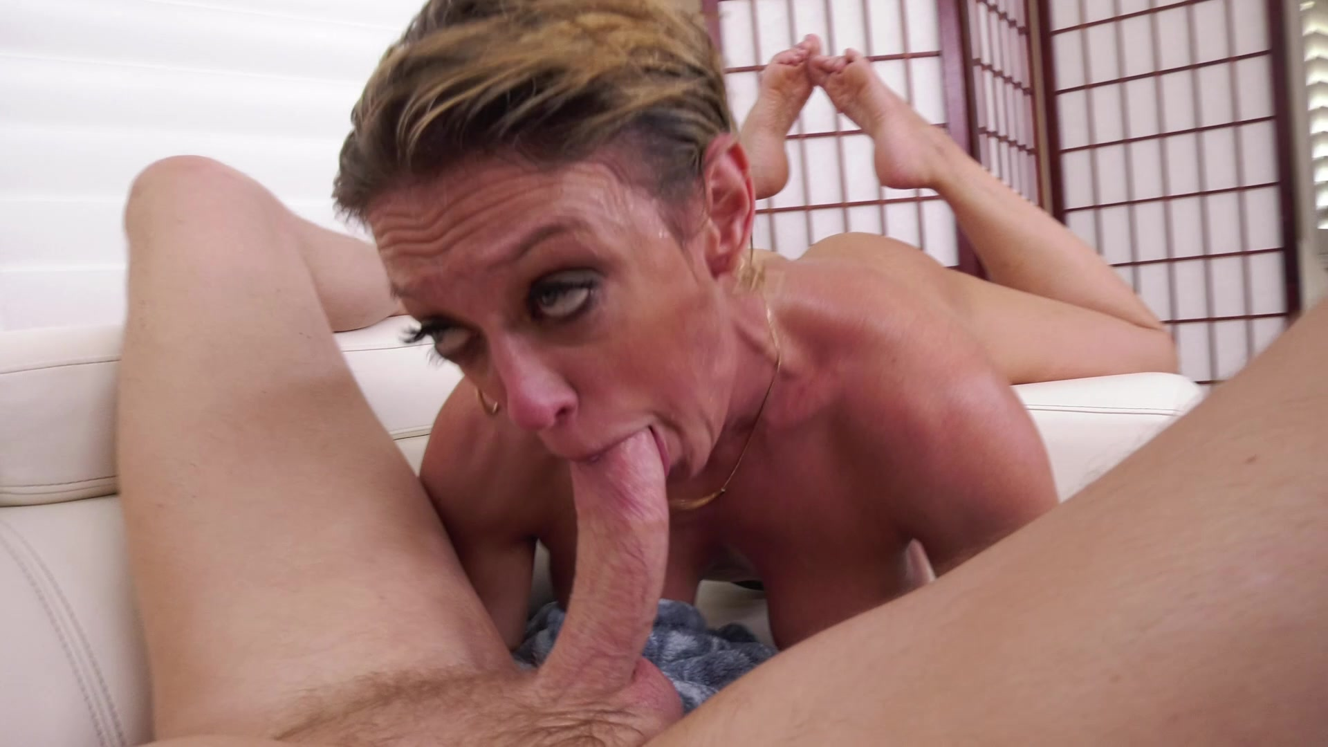 Mature juggy bitch dee williams gives a blowjob and titjob to one horny fellow
