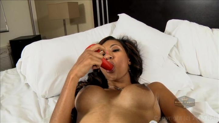 Black woman cums on dildo fucking machine with squirt