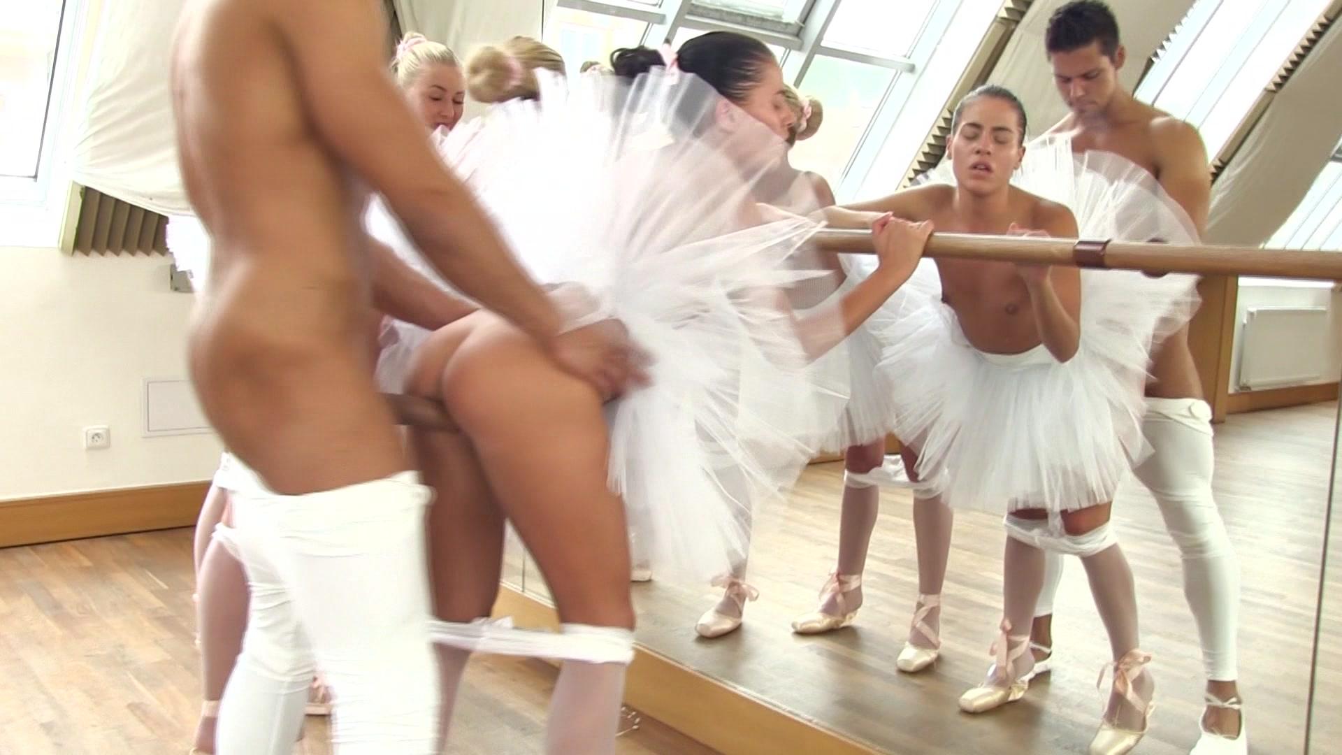 dva-muzhika-na-odnoy-balerine-video-foto-erotika-domashnee-nizhnee-bele