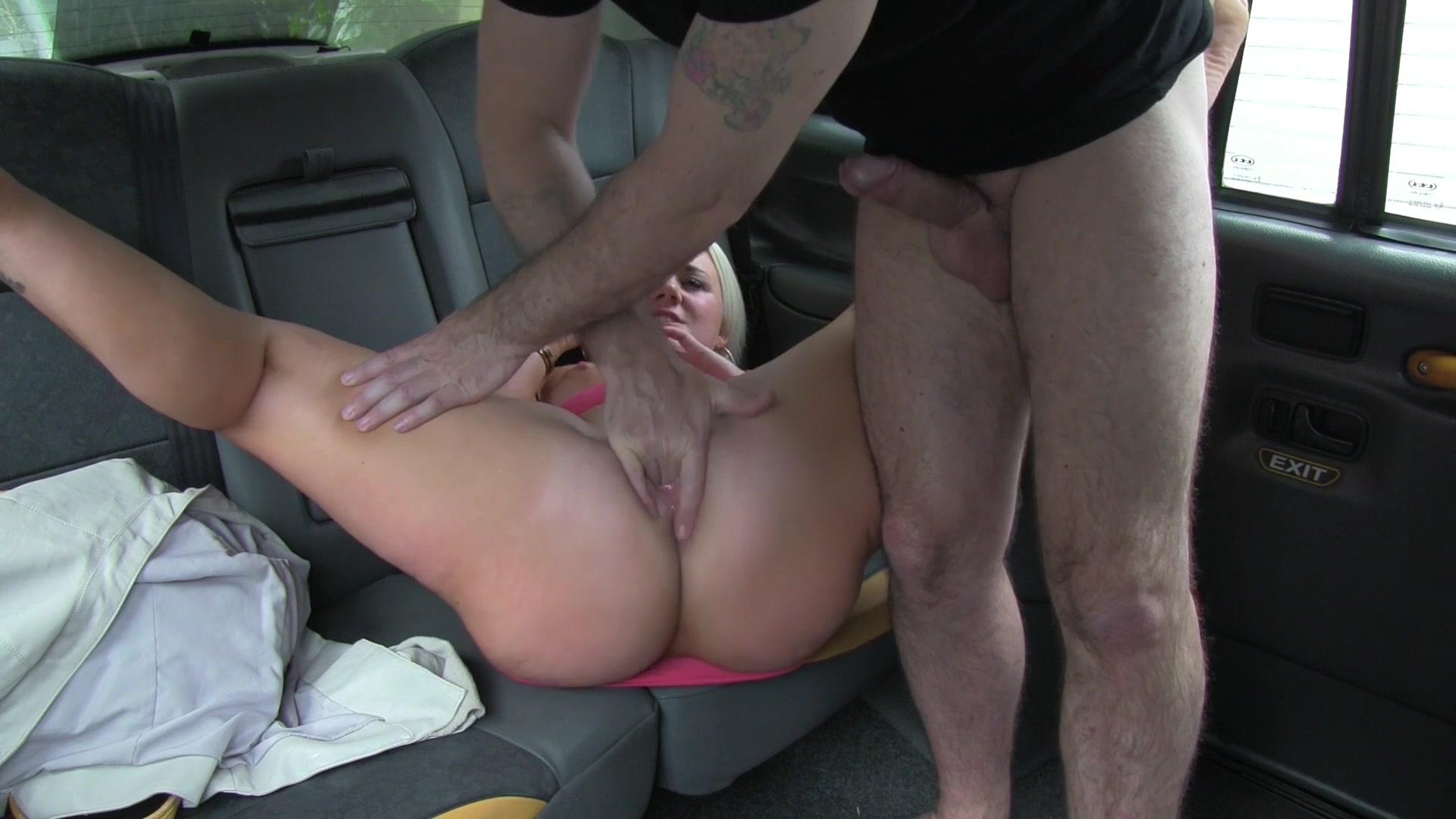 Секс с русской молодой в такси, Порно в такси - fake taxi на 24 видео 16 фотография