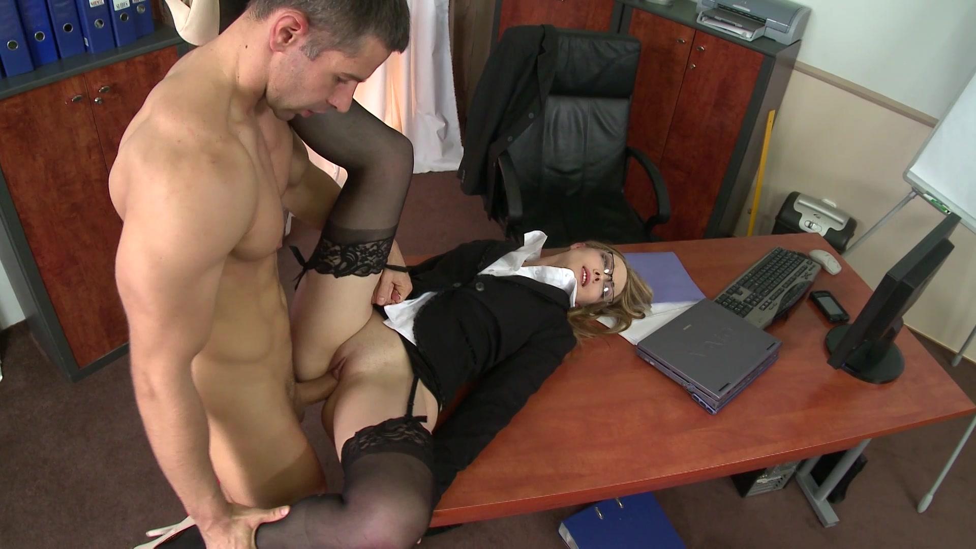 Директор трахнул свою помощницу, нежный секс с обалденной девушкой
