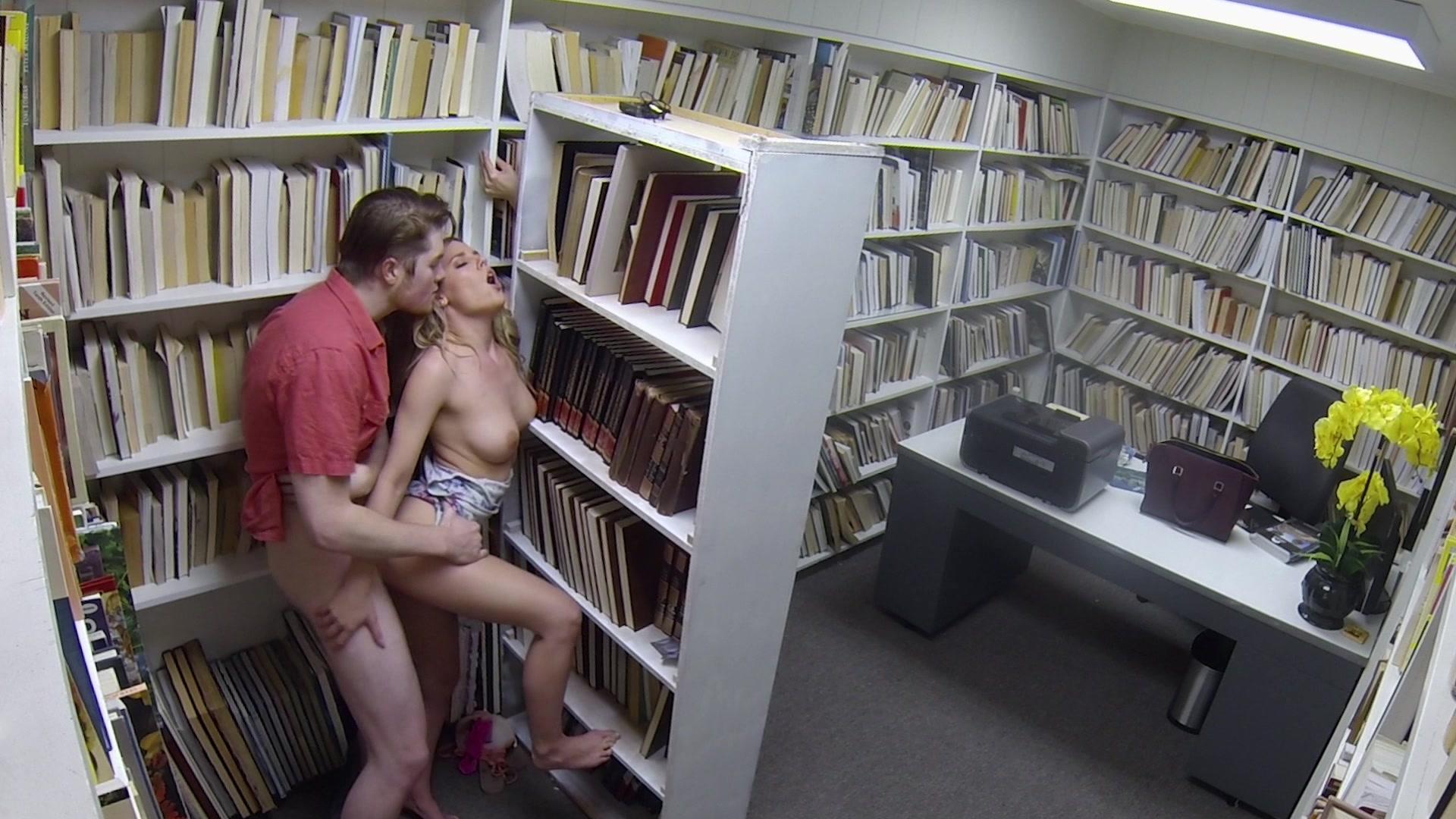 video-sluchayno-trahnul-v-biblioteke