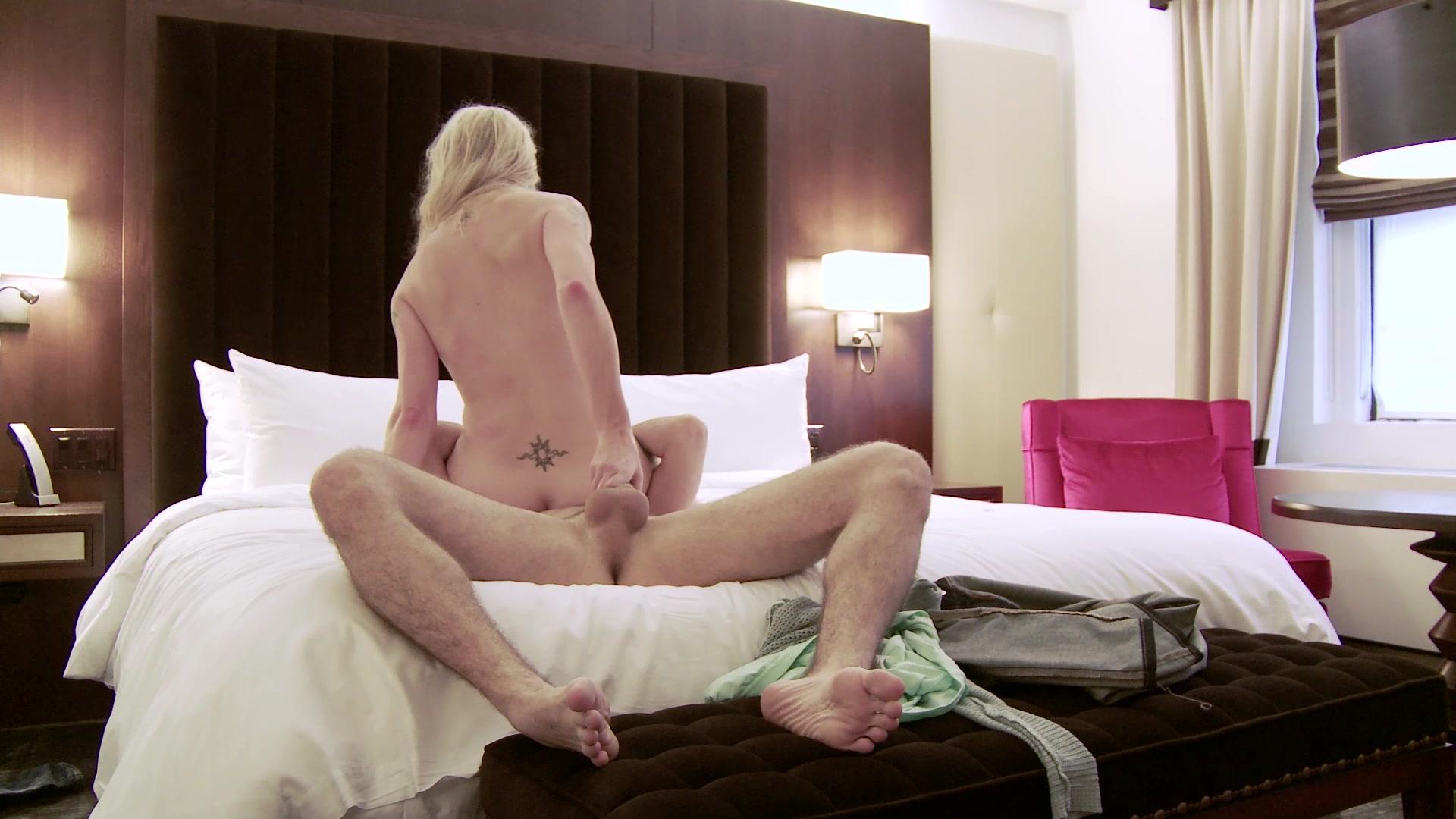 Смотреть онлайн порно в отели, порно две девушки и куча парней