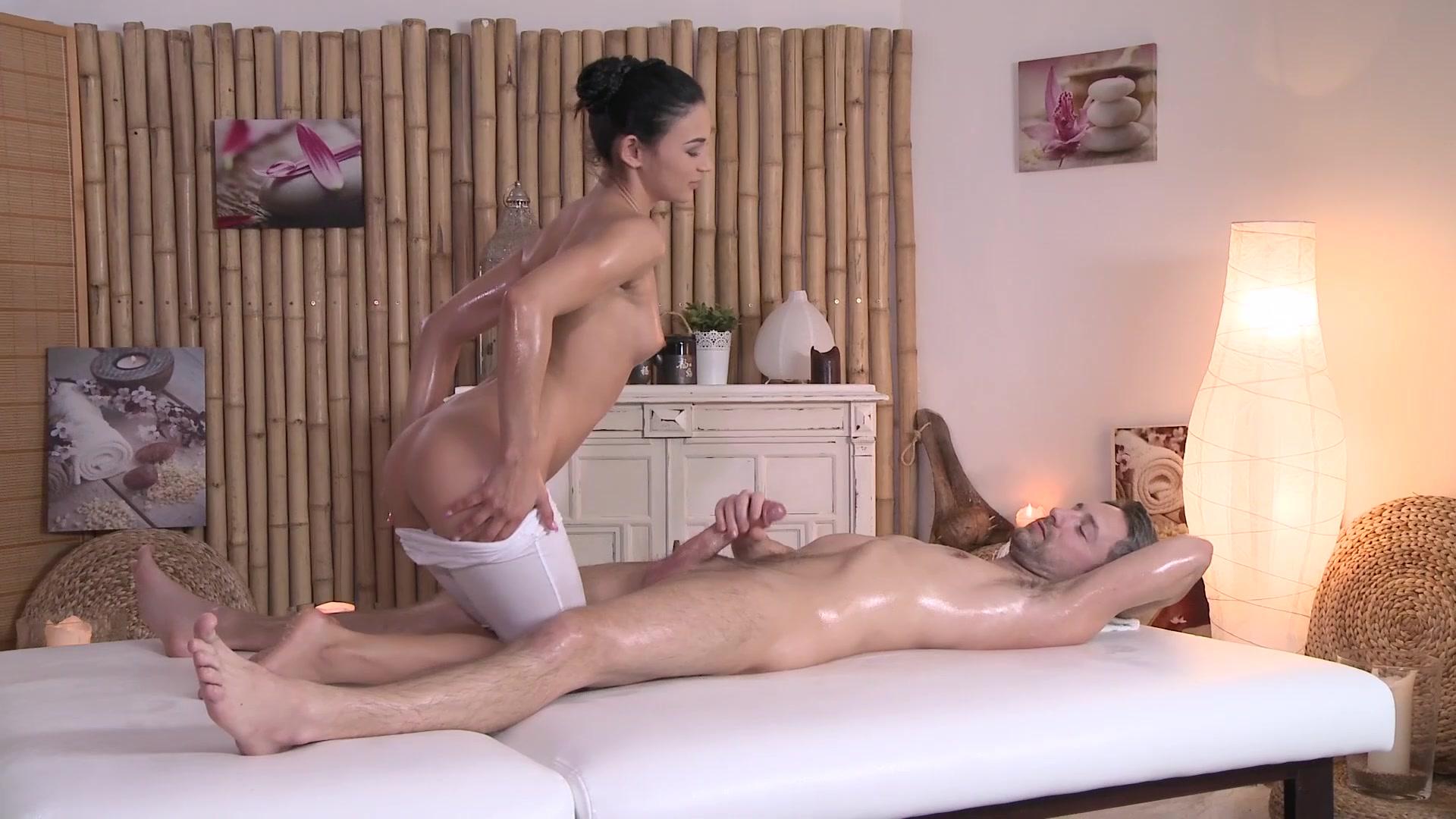 svoyu-nachalnitsu-massazhistka-trahaet-svoego-klienta