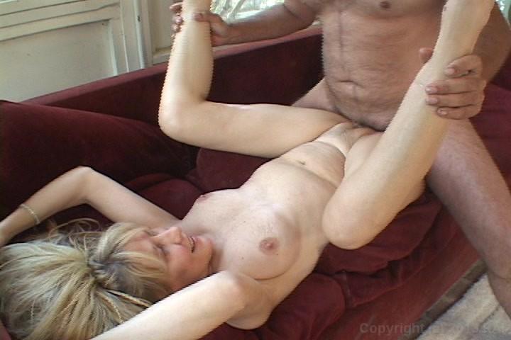so-skripuchim-divanom-seksom